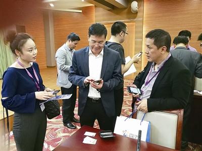 海外侨领侨商和华文媒体代表互相交流。