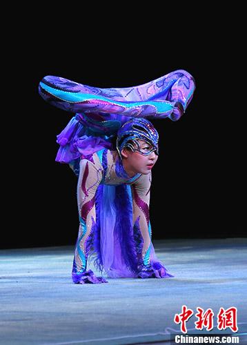 图为小演员表演柔术《青狸》。 <a target='_blank' href='http://www.chinanews.com/'>中新社</a>记者 吕少威 摄