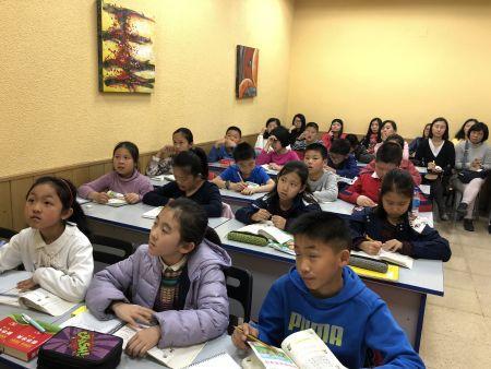 孩子们认真听示范课。