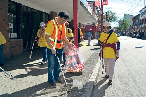 八十高龄的梁女士(右),在华埠街头捡拾垃圾。(加拿大《星岛日报》/王学文 摄)