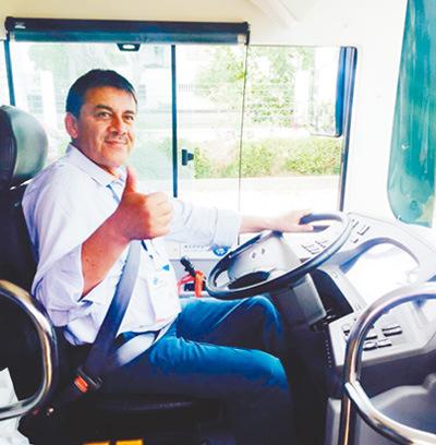 当地驾驶员对比亚迪纯电动大巴非常满意. 本报记者 陈效卫摄