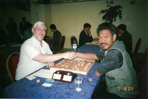 安华(右)多年以来到过多国征战,并且认识许多外国棋手,每一场比赛都令他留下难忘印象。(马来西亚《星洲日报》)0