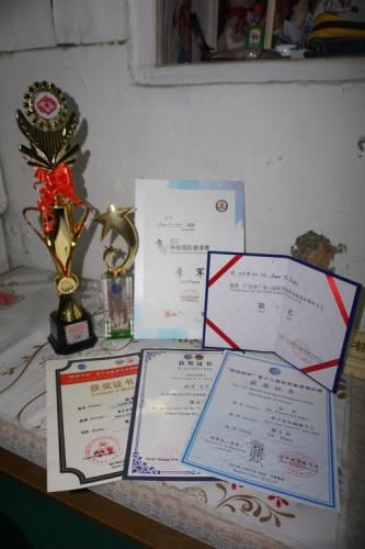 安华热爱象棋,多年来在多项国际赛事上获奖无数。(马来西亚《星洲日报》)