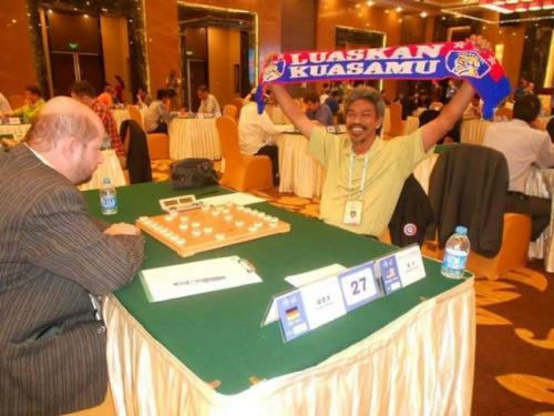 来自柔佛州的安华在国外参赛获胜后,高举柔佛达鲁达格敬足球队的柔佛南方之虎围巾庆祝。(马来西亚《星洲日报》)