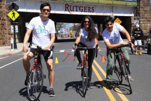 """王相岳(左)是此行中唯一的中国留学生,将参与""""梦想项目""""沿美东2000哩骑行慈善筹款。(美国《世界日报》/王相岳提供)"""