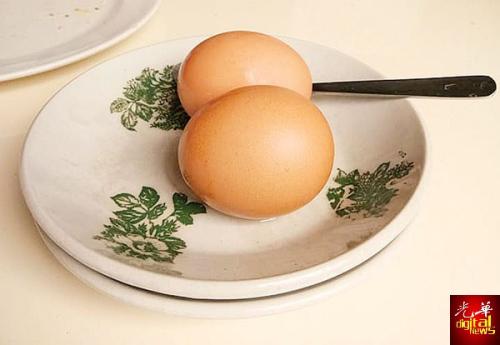新山老街区的华美茶餐室用碟装半熟蛋。(马来西亚《光华日报》)