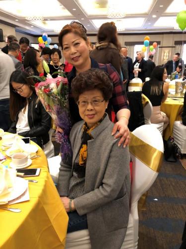 """""""幸福妈妈""""孙军(左)和母亲周怡(右)享受现在的幸福生活。(美国《世界日报》/朱蕾 摄)"""