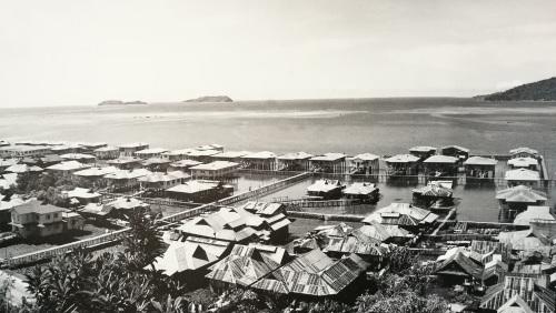 一排排整齐的甘榜亚逸水屋,当年是华人的聚集地,大部分人从事码头工和建筑工人。(马来西亚《星洲日报》)