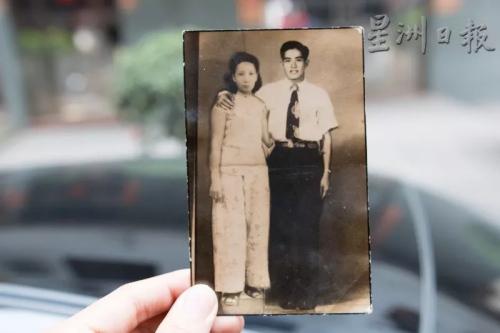 戴祖亿手上持着的是公公与婆婆的合照。这张是公公寄去古田老家的照片,也因为这趟寻根之旅,才有机会看到公公婆婆年轻的样貌。(马来西亚《星洲日报》)