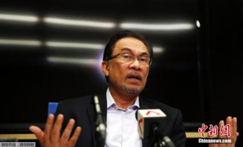 资料图:据外媒2015年2月10日报道,马来西亚联邦法院就反对派公正党领袖安瓦尔的鸡奸罪作出终审裁决,法官裁定维持有罪判决。