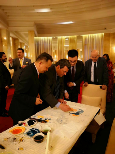 君寿指导世界拳击理事会(WBC)总裁摩利士奥·苏莱曼(前排右一)画中国画。(图片来源:受访者供图)