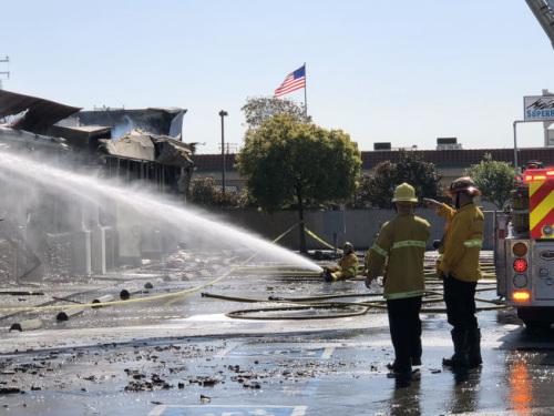 消防人员灭火。(美国《世界日报》/张越 摄)