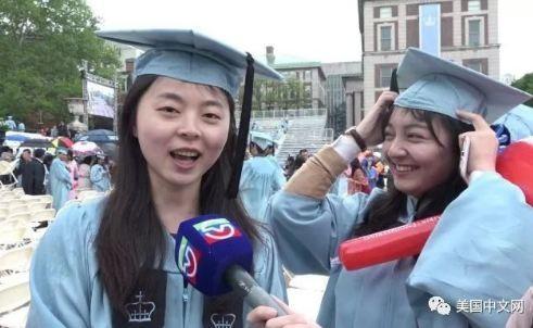 哥大运筹学专业毕业生喻华凌(左)和熊雪婧(右)(美国中文网)