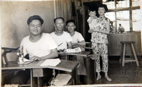 余善恺公公创办了华友洋服店,就在�Q眼拿督的大街上。当时的店铺结构是店屋形式,楼上有人居住,楼下则是裁缝店。这张照片是公公(左二起)和父母亲在店内的合影。当时母亲抱着二姐。(马来西亚《星洲日报》)