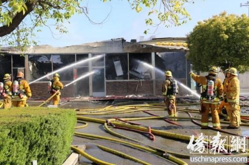 """据目击者称,大火先从""""永和豆浆""""烧起。(美国《侨报》/高睿摄)"""