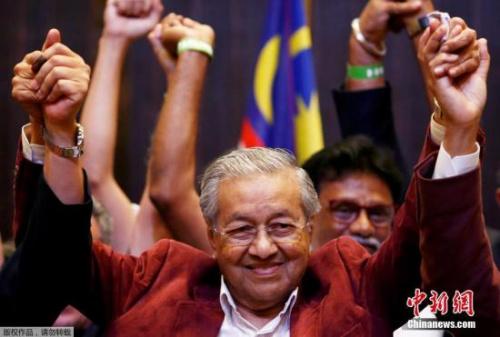 当地时间5月10日,马来西亚前首相马哈蒂尔在吉隆坡的八打灵再也(Petaling Jaya)庆祝赢得马来大选。