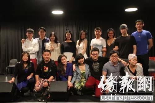 中国留学生在好莱坞落日大道上的一家商业排练厅合影。(中国侨网微信公众号援引美国《侨报》图片)