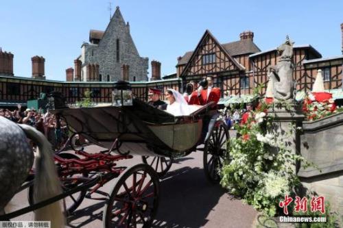 当地时间5月19日,英国哈里王子与美国女星梅根·马克尔在英国温莎城堡举办婚礼。新人乘坐马车亮相。