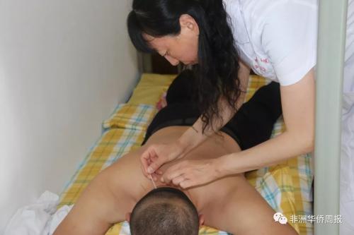 医生为侨胞针灸 (图片来源:《非洲华侨周报》 图/许昆鹏 )
