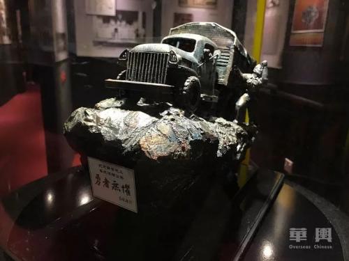 """""""勇者无惧"""",图为南侨机工在滇缅公路上驾驶的车辆模型。(图片来自华舆 欣予/摄)"""