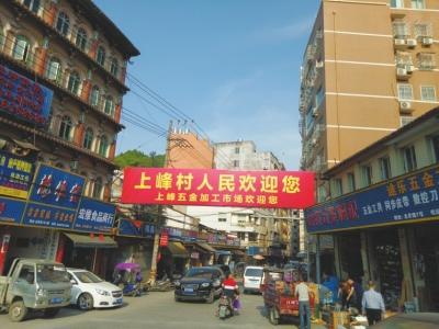温州乐清市柳市镇,街上四处是电器、五金店。