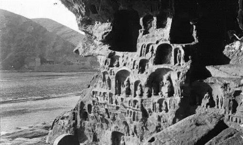 沙畹于1907年7月拍摄的龙门石窟。