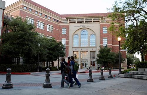 南加州大学英格曼学生健康中心成了媒体关注的焦点。(美国《侨报》/邱晨 摄)