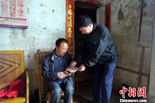 图为重庆市政府外事侨务办副主任杨大庆慰问困难群众。 陈静 摄