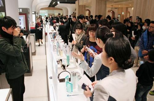 资料图:中国游客在日本购买化妆品(《日本新华侨报》)