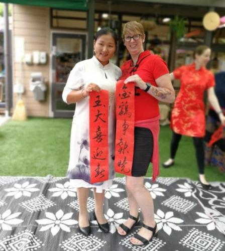 Feifei(左一)参加奥大教育学院幼儿园中国新年文化活动。(图片由受访者提供)