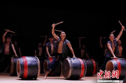 今年是世界节令鼓创立30周年,来自马来西亚的3支节令鼓队与华侨大学、厦门竹坝学校廿四节令鼓队等同台演出。 车周燕 摄