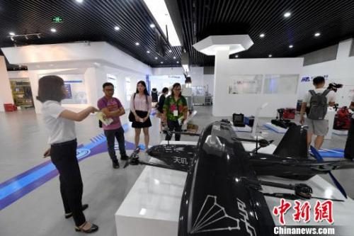 图为海外媒体记者参访南宁・中关村创新示范基地。 俞靖 摄