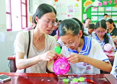 家长与学生互动,学习花灯制作技艺