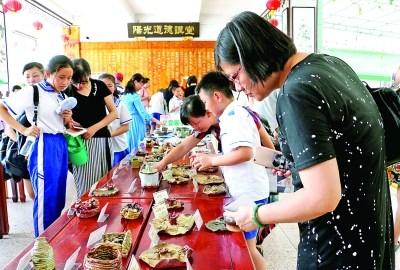 家长与学生选购义卖的陶艺作品 特约通讯员 王永平 摄影报道