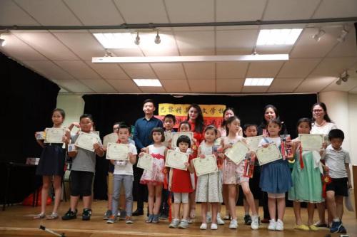 朗诵组获奖者与评委合影。(图片来源:欧洲时报记者孔帆拍摄)