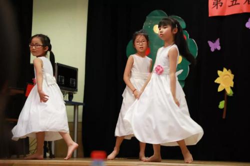 舞蹈组小朋友表演节目。