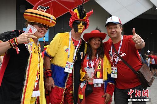 比利时突尼斯即将对阵 球迷各式装扮等待开赛