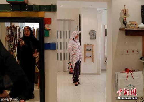 沙特妇女衣着多样驾车出行