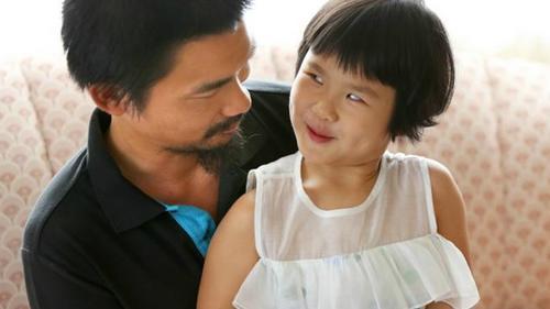 艾丝特和父亲(图片来源:澳洲新快网援引当地媒体)