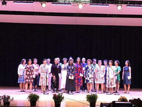 学员们表演歌曲联唱节目