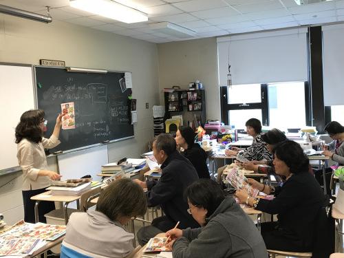 学员们在课堂上认真学习英文