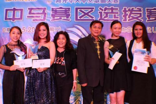 在马来西亚艺人公会全国总会长高山及总财政卢锦桂的见证下,成人组亚军得主李艾薇(左一)及冠军周姝妗将在6月24日与全国各赛区的水立方代表一较高下。