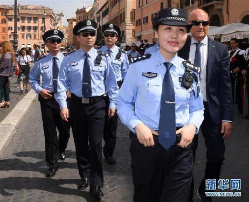 2018年5月28日,在意大利罗马,中国警员出席中意警方第三次在意联合巡逻启动仪式。新华社发(阿尔贝托·林格里亚摄)