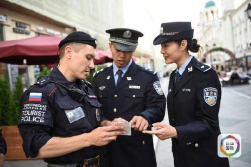 当地时间2016年8月11日,在莫斯科的尼科利斯基街,三亚旅游警察和执勤的莫斯科旅游警察交流学习。新华社记者戴天放摄