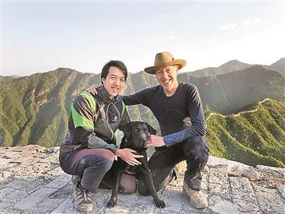 """杰米(左)和弟弟帮助爸爸实现了他的第二个""""长城梦""""——鸟瞰长城全线。"""