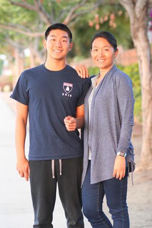 圣地牙哥华裔学生周敏泰(左)被六所藤校和名校录取。图为周敏泰与母亲刘飏。(美国《世界日报》/刘飏提供)