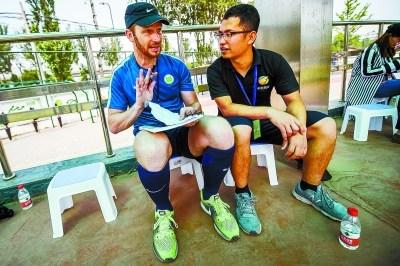 丹尼尔的课程安排里,除了亲自上场执教,还有观摩和指导中国体育老师,在中国体育老师上课时,他会在场边认真记录,并和翻译一起讨论课程的优点和不足。