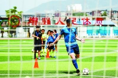 作为前职业球员和国际认证教练,丹尼尔有着丰富经验,在给学校足球队的培训中,他会根据学校提出的具体需求有针对性地示范指导射门、战术等科目。