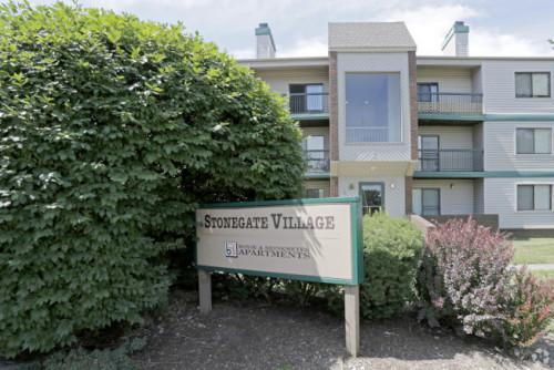克利斯汀森住在离UIUC车程约十分钟的石门公寓。(美国《世界日报》)