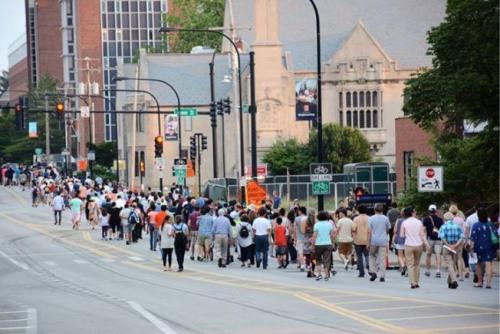 6月29日傍晚,香槟伊大校园内,数百名关心章莹颖失踪案的学生、民众,参与了祈祷平安返家的步行与音乐会。(美国《世界日报》/Find Yingying 脸书截图)